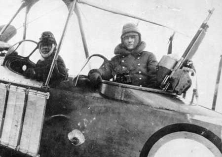 Летчики самолета 'Лебедь-12' с пулеметом Colt
