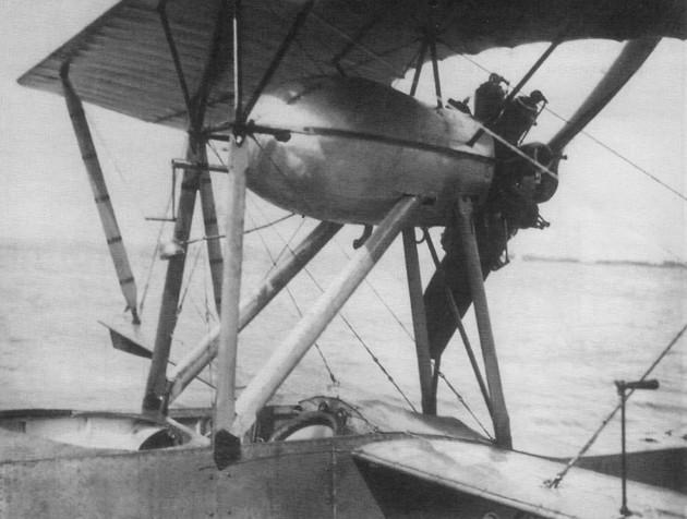 Двухместная летающая лодка М-11. Вид на кабину пилотов и двигатель