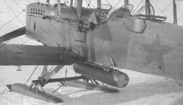 Под фюзеляжем Р-1 - 'грузовой парашют' (сбрасываемый с парашютом грузовой контейнер)