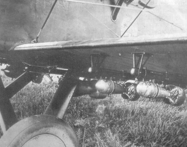 Подвеска мелких бомб под крылом Р-1