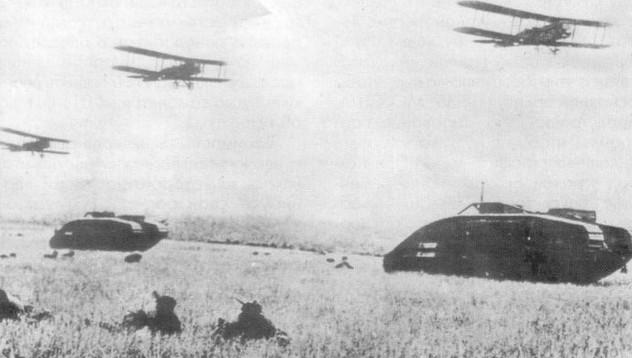 Фото самолетов Р-1 поддерживающих атаку танков и пехоты на маневрах Красной Армии
