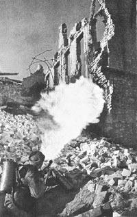 Огнеметчик ведет огнеметание из РОКС-3. Сталинград. 1942 год