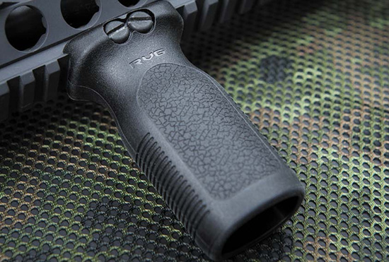 Вертикальная рукоятка Magpul RVG устанавливается на цевье и значительно повышает удобство управления винтовкой