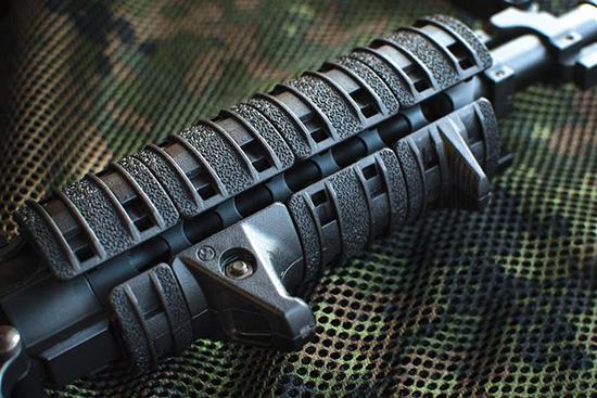 Панели-накладки Magpul XTM Enchanced Rail делают комфортными манипуляции с винтовкой с тактическим «рельсовым» цевьем даже без перчаток. А комплект XTM Hand Stop Kit (снизу) добавляет удобства и однообразия в удержании оружия левой рукой