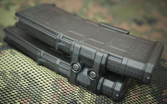 Для того, чтобы спаренные с помощью Magpul MagLink магазины без проблем устанавливались в винтовку, правый нужно сдвигать немного ниже левого
