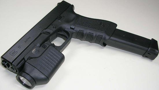 Glock 17 с установленным фонарем и магазином увеличенной емкости