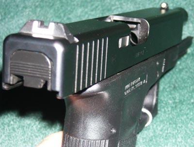 Glock 17 хорошо видны прицельные приспособления