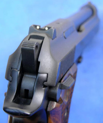 Taurus PT 100 AF (AFD) вид на прицельные приспособления