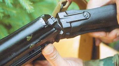Приклад модернизированного пулемёта складывающийся. Для перевода его в походное положение необходимо нажать кнопку на левой стороне ствольной коробки. Для перевода приклада в боевое положение нажимается кнопка с тыльной стороны ствольной коробки