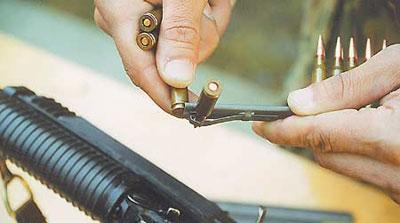 Магазин может снаряжаться с помощью обойм. Каждая обойма вмещает 15 патронов. Для наполнения обоймы патронами необходимо зафиксировать (например, патроном) в отжатом положении защёлку. При снаряжении магазина обойма присоединяется к магазину с помощью специального переходника. Переходники и обоймы входят в комплект поставки пулемёта