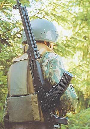 В положении «по-походному» пулемёт переносится на плече со сложенными сошками и прикладом