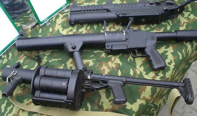 Ручные гранатометы под осколочно фугасные гранаты. На переднем плане - 40-мм гранатомет РГ-6 (6Г30)