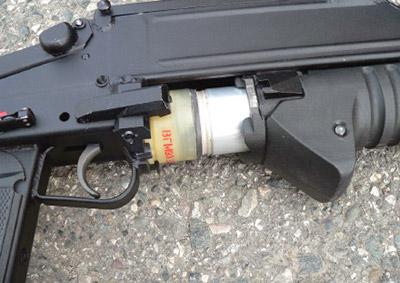Подача выстрела в ствол в гранатомете ГМ-94 осуществляется перемещением цевья со стволом вперед-назад
