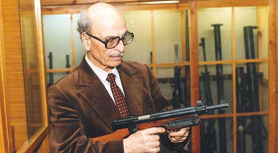 Известный российский оружиевед Ю.А. Нацваладзе в фондах Артиллерийского музея с чехословацким пистолетом-пулемётом