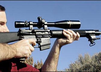 Даже с установленным дальнобойным прицелом Люпольд 8.5-25х50 винтовка SVR сохраняет хороший баланс для стрельбы с рук. Те, кто пользуется погоном, оценят регулируемый упор и широкую переднюю антабку.