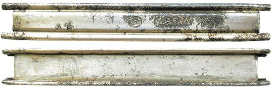 Стальная никелированная обойма для снаряжения пистолетов Steyr M.12. С 1911-го до конца 1930-х годов единственным производителем обойм была компания Hirtenberger Patronenfabrik, маркировка которой состояла из буквы Н в овале. После аннексии Австрии фабрика в Хиртенберге выпускала обоймы для патронов 9х23 Steyr в 1939-м и 1940 гг. с маркировкой по немецким стандартам, состоящей из кода производителя Р635 и последних двух цифр года производства — 39 или 40. В 1941-м и 1943 г. немецкая компания Albert Ackerman из г. Изерлона выпускала обоймы 9х23 Steyr с кодом производителя «hrl» для компании RWS