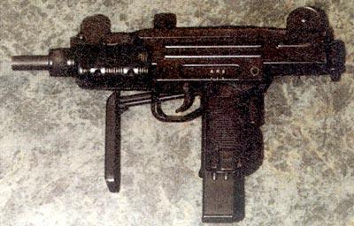 ПП «Мини-Узи» занимает промежуточное положение: одиночная стрельба из него ведется с переднего шептала, а при автоматическом огне ударник фиксируется в затворе, и стрельба происходит с заднего шептала