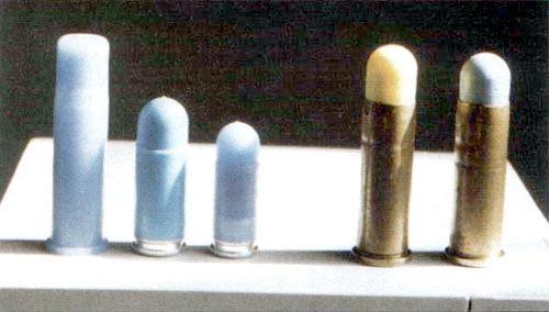 С травматическими часто путают пластмассовые патроны для тренировочной стрельбы на дистанции до 10 м из боевого оружия (слева направо): .38 Special, 9x19 Para, 7,65 мм Browning. Справа два патрона .38 Special с дробовыми подушечками. Цвет колпачка обозначает тип травматического элемента