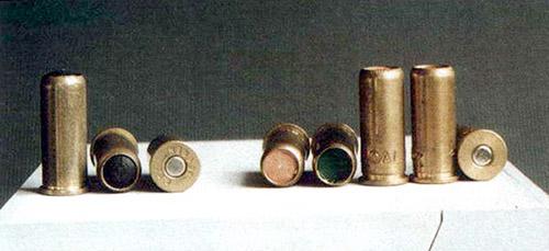 Мизерная эффективность гражданских газовых пистолетов и револьверов подвигла некоторые западные фирмы на создание так называемых газо-дробовых систем. Специальные 9-мм патроны двух вариантов (с фланцем – для револьверов и без фланца – для пистолетов) получили название .35 Green. Конструкция перемычки в стволе таких образцов позволяет проходить через него не только газообразным продуктам выстрела, но и снаряду, состоящему из мелкой дроби. Серьезную опасность выстрелы такими патронами представляют на расстоянии менее10 см, да и то по незащищенному телу. Для глаз опасное расстояние увеличивается до нескольких метров. Видимо, столь избирательное действие дробовых патронов привело производителей к идее замены дроби на сферическую резиновую пулю. Следует отметить, что оборот оружия и патронов этой категории в России запрещен