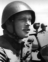 Советский офицер в стальном шлеме СШ-40 со специальной трехточечной удерживающей системой