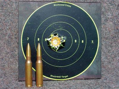 Точность 2. Пять выстрелов на дистанции 100 м с использованием сошки из ружья Sauer 202. Красная маркировка нанесена изготовителем. Все заряды содержали 44 грана пороха Hodgdon BL-C2, стандартный капсюль Win. Large Rifle.