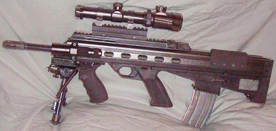 Bushmaster M17S с модифицированной ствольной коробкой с 4-мя универсальными направляющими типа Picatinny rail и установленными оптическим прицелом, тактическим фонарем, дополнительной рукояткой и сошками
