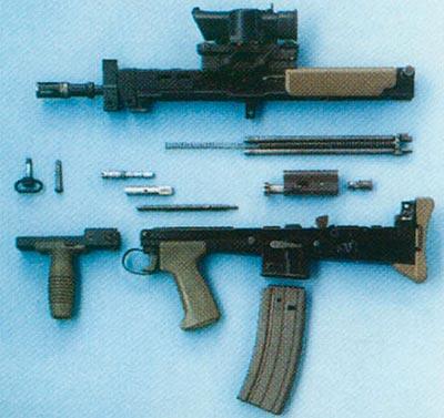 Неполная разборка карабина SA80. Цевье заимствовано с легкого оружия поддержки. Обратите внимание на новую конструкцию спускового крючка: одно из ранних усовершенствований, предложенное для повышения безопасности