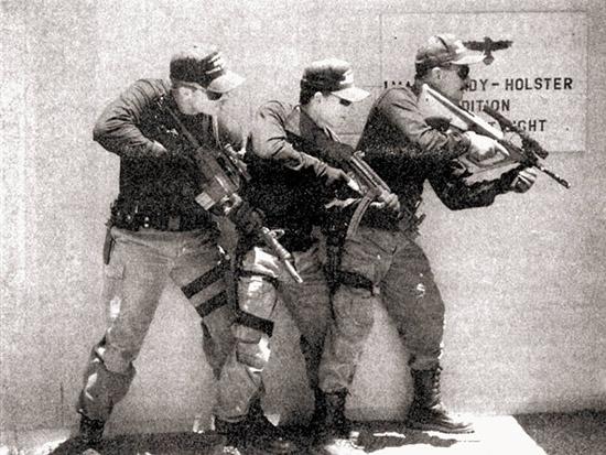 За рубежом наметилась тенденция перехода от пистолетов-пулеметов к карабинам под промежуточный патрон калибра 5,6 мм не столько для повышения точности стрельбы, сколько для увеличения останавливающего действия. На фото: CAR-15, MRS A2 и Steyr AUG