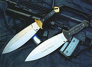 «Сматчет» очень высоко ценили специалисты по рукопашному бою. На снимке изображены изготовленный ручным способом нож мастера Уильяма Харси (слева) и серийная модель фирмы «Бёкер»