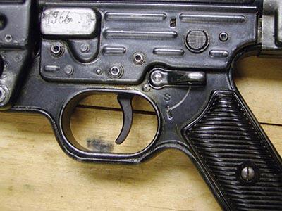 Органы управления автомата МР.43: кнопка переводчика вида огня (вверху); флажок предохранителя (внизу). Предохранитель включен – видна буква «S»