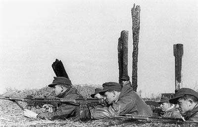 Отделение автоматчиков, вооруженное автоматами МР.43/1. Восточный фронт. 1943 год