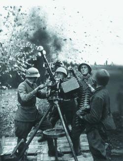 Расчет крупнокалиберного пулемета ДШК ведет стрельбу по самолетам противника. Лето 1941 г.