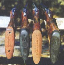 Рис. 4: Второе слева ружье - для правши, остальные три - для левшей. Обратите внимание на отвод влево у первого ружья, разницу в погибах приклада. У ружья для правши - очень малый боковой отвод и регулируемый гребень приклада.