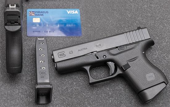 Для понимания размеровGlock 43 воспользуемся всем привычной банковской картой