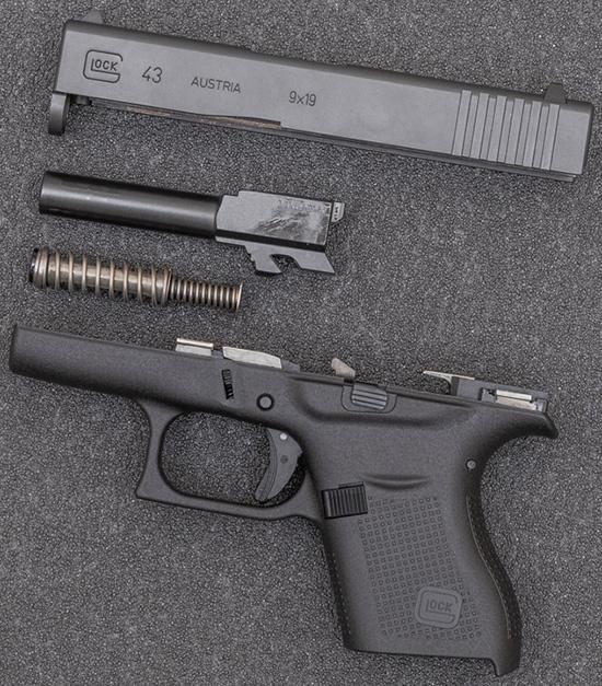 Glock как будто cоздан для сменных рукоятей с ЛЦУ от Crimson Trace. Поставить или снять их — дело нескольких секунд