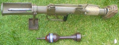 PIAT с гранатой хорошо виден лоток гранатомета