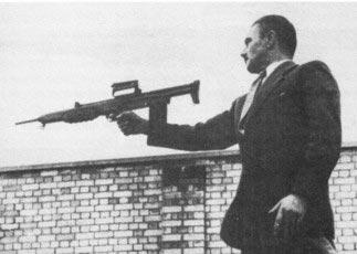 конструктор британского 7-мм автомата ЕМ-2 Стефан Дженсен демонстрирует стрельбу из своего детища с одной руки