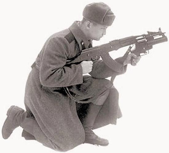 Боец с подствольным гранатометом ТКБ-048 «Искра» на испытаниях