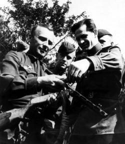 Конструктор Г.С. Шпагин объясняет устройство своего пистолета-пулемета фронтовикам. 1944 г