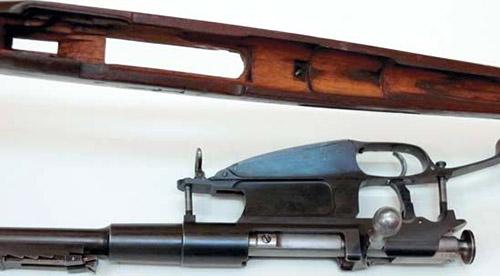 «Раздетая» винтовка Нагана. Если не считать, что лапа отдачи в два раза меньше, чем у винтовки обр.1891 г., то ложи Нагана и Мосина не трудно и перепутать…