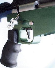 Двухступенчатый спуск Anschutz позволяет быстрее научиться правильной обработке спуска. Ни один другой спуск из стоящих на винтовках центрального боя не может сравниться с ним по гибкости настройки. Поэтому именно этот спуск был выбран для винтовки TUBB 2000.