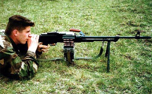 Стрелок-пулеметчик 1-й Гвардейской бригады армии Хорватского Совета Обороны, воевавшей в Боснии-Герцеговине, вооружен югославским пулеметом М84, который выпускался предприятием «Застава» и является лицензионной копией российского пулемета ПКМ