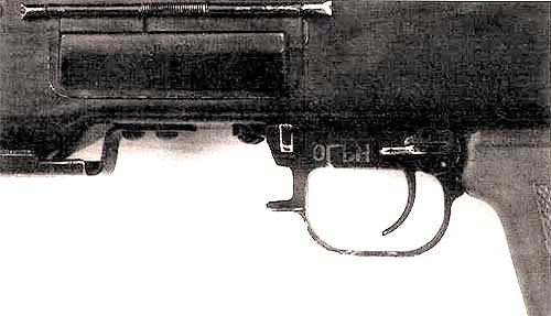 Переводчик-предохранитель пулемета ПК находится в положении «Огонь». Простой и надежный спусковой механизм заимствован из конструкции ручного пулемета Дегтярева (РПД). Следует отметить, что экстракционное окно пулемета защищено от попадания пыли специальной подпружиненной крышкой