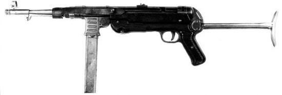 Пистолет-пулемет МР-40 раннего выпуска с установленным кожаным ремешком-предохранителем. Такие ремешки встречались крайне редко. Ремешок не давал затвору самопроизвольно отойти назад, что могло nривести к случайному выстрелу.