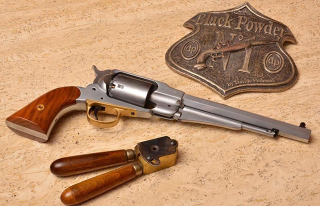 Pedersoli Remington Pattern - шестизарядный ударниковой револьвер .44 калибра. Рядом с ним лежит формовка для круглых пуль - также производства итальянской компании