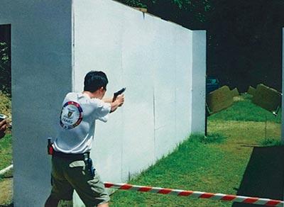 Спортсмен поражает две качающиеся мишени, которые появились одновременно. Открытый чемпионат Филиппин, Манила, 2004 г.