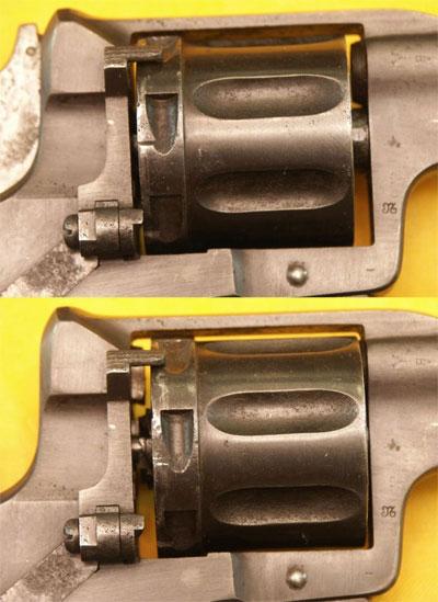 расположение барабана револьвера Наган обр 1895 года со спущенным (вверху) и взведенным (внизу) курком