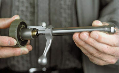 Для упрощения разборки-сборки затвора модели 75 в комплект карабина входит специальный ключ, не повреждающий покрытие металлических деталей.