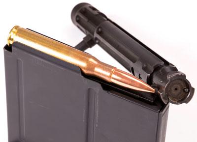 Затвор и магазин с патроном .50 BMG, используемые в Accuracy International AX50