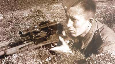 Советский снайпер со снайперской винтовкой Мосина образца 1891/1930 с оптическим прицелом ПЕ